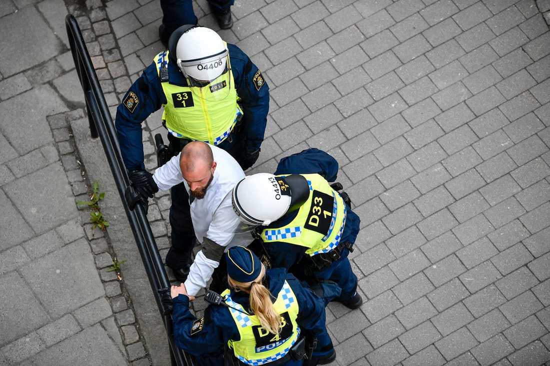 Polis omringar NMR-demonstrant i Kungälv förra året. Nyligen fälldes en nazist i Solna tingsrätt för ofredande och hets mot folkgrupp.
