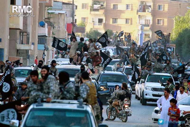 Soldater från Islamiska staten, IS, håller parad i den ockuperade staden Raqqa i norra Syrien.