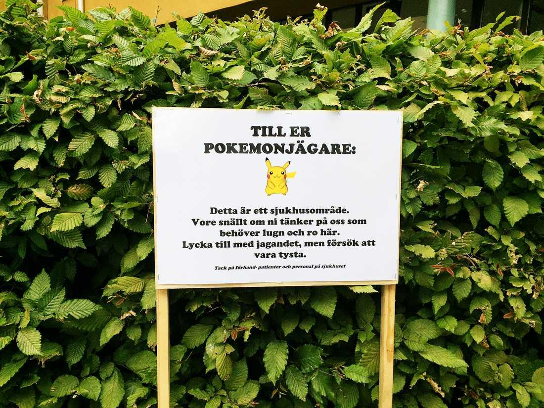 Skylt vid Kullbergska sjukhuset som uppmanar alla pokemonspelare att ta de lungt på området.