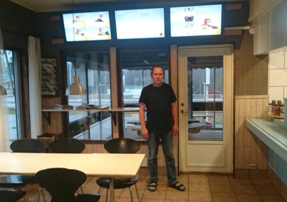 Magnus tillsammans med de menyer som Radiotjänst ville ha betalt för.