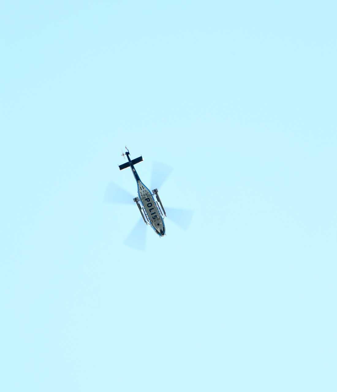 Polisen har helikopter uppe i området.