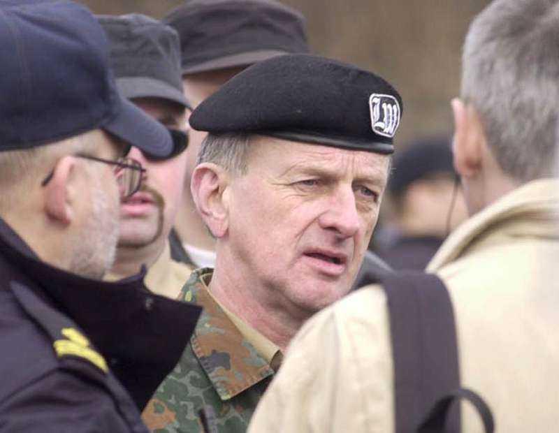 Curt Linusson har varit med i Nordiska rikspartiet och Nationalsocialistisk front. Nu företräder han Svenskarnas parti.