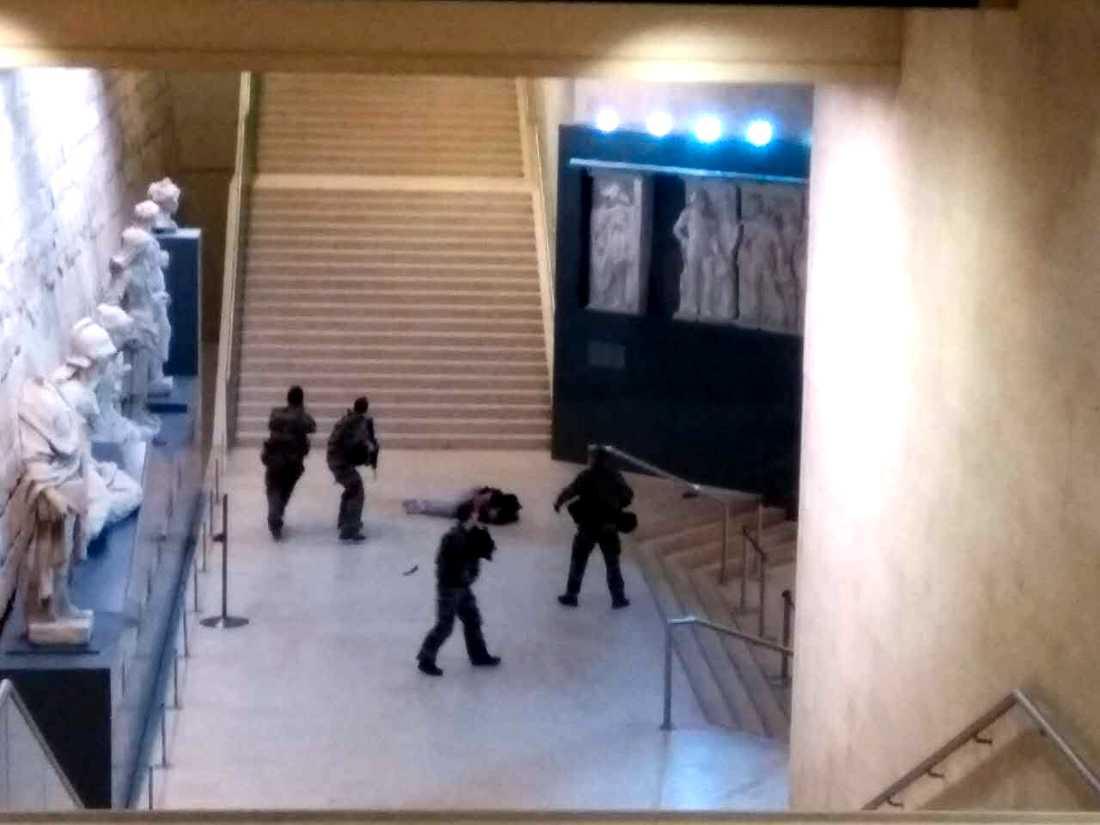 Här stoppas terroristen som gick till attack vid Louvren.