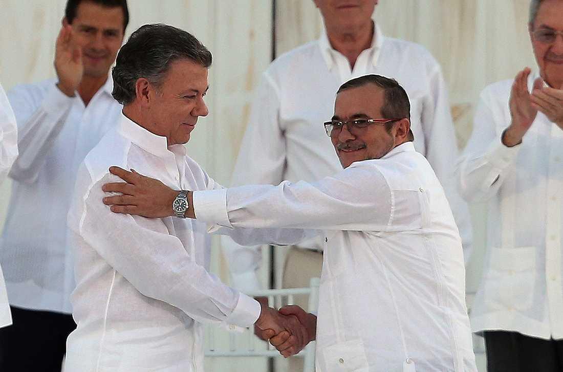 I september hade förhandlingarna lett fram till det historiska fredsavtalet. Santos skakade då för första gång hand med Farcledaren Timochenko på colombiansk mark.