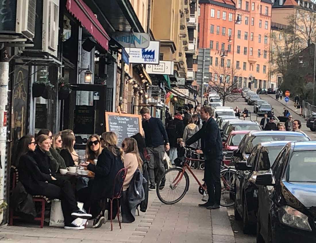 Trängseln var stor utanför kaféer och restauranger vid Nytorget i Stockholm på söndagen.