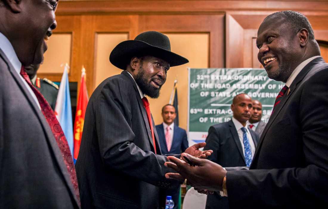 Sydsudans president Salva Kiir (i mitten) skakar hand med oppositionsledaren Riek Machar under fredsförhandlingar i Etiopien. Arkivbild