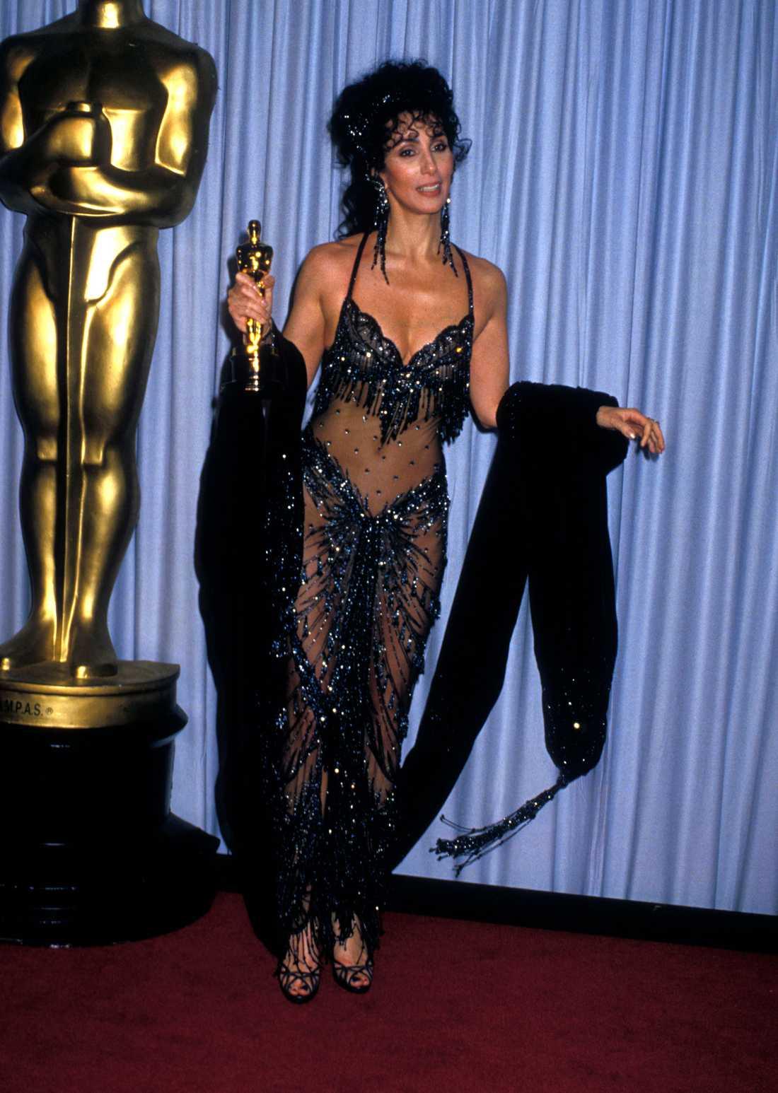 """… och 1988 """"Även 1988 kom Cher mer naken än klädd och de flesta tänkte """"nog nu""""..."""""""