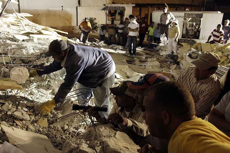TAR SIG FRAM – BIT FÖR BIT Räddningsarbetarna tvingas använda ficklampor och sina egna händer för att rädda de tusentals som sitter fast under de kollapsade husen. Bit för bit jobbar de sig framåt.