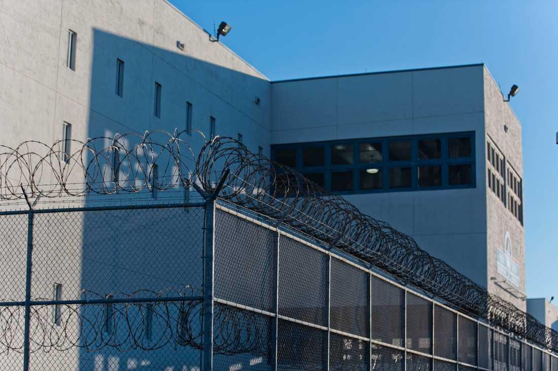 Närapå 5 000 fångar sitter i det jättelika fängelsekomplexet där den kände tv-profilen just nu befinner sig.