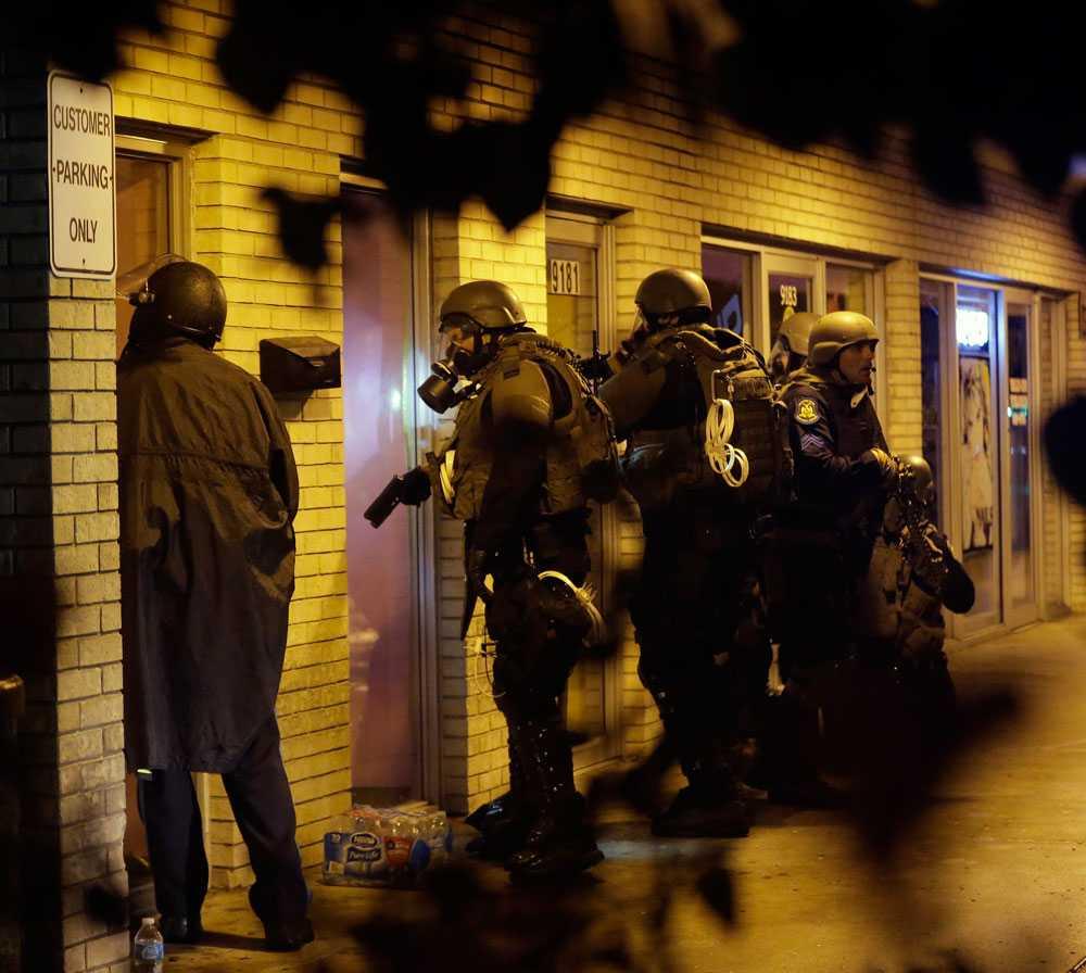 Under söndagen använde polisen tårgas mot demonstranterna och ett par timmar senare trädde ett utegångsförbud i kraft.