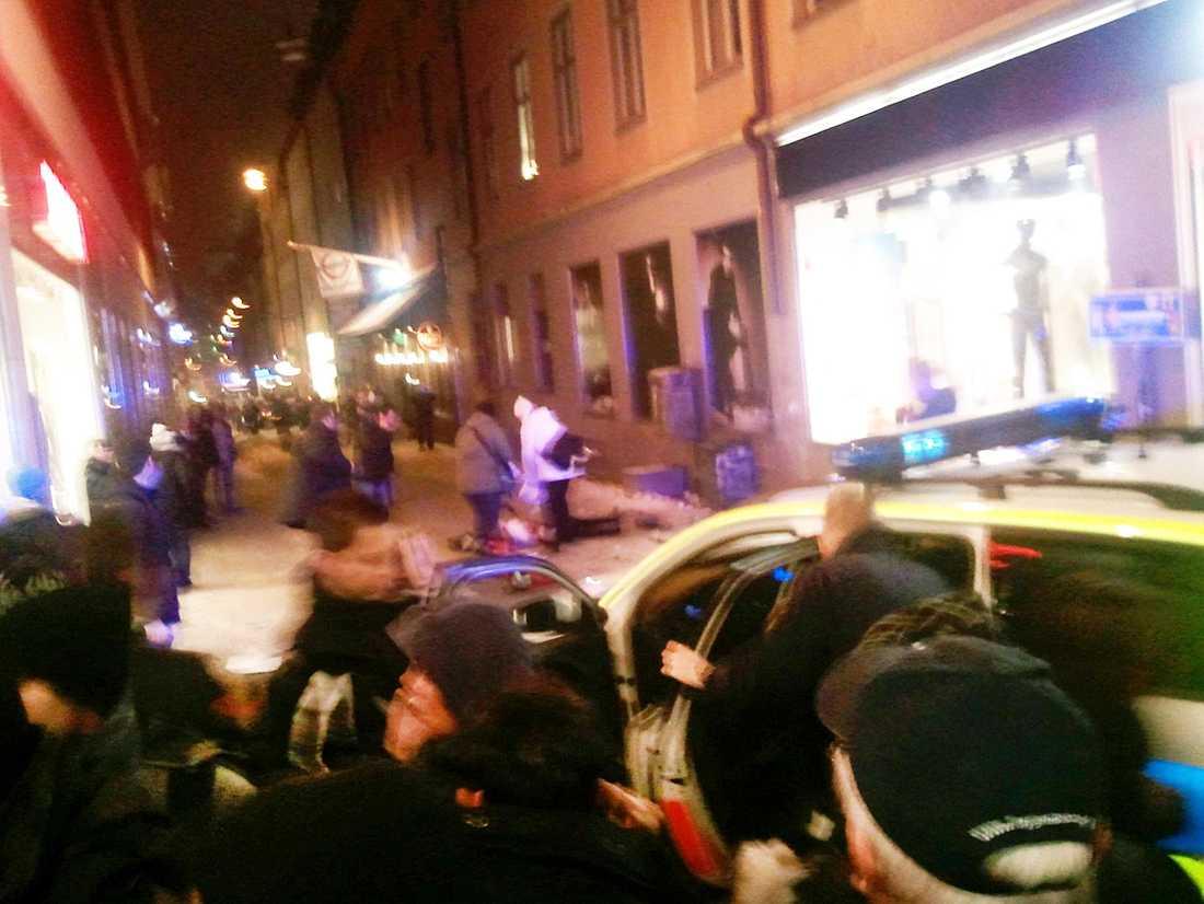 Kaos bryter ut Tio minuter efter att bilen exploderat spränger sig mannen till döds på Bryggargatan i centrala Stockholm. Panik bryter ut bland julhandlarna på shoppingstråket Drottninggatan.