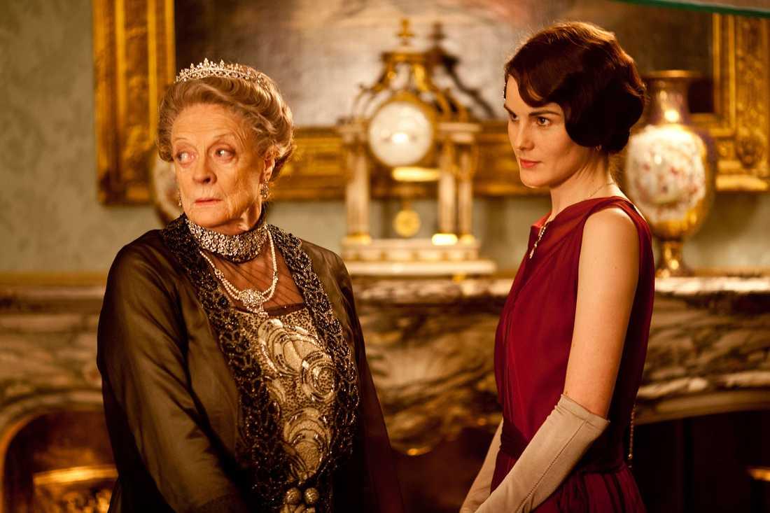 """Maggie Smith som """"Änkegrevinnan av Grantham"""" och Michelle Dockery som """"Lady Mary Crawley""""."""
