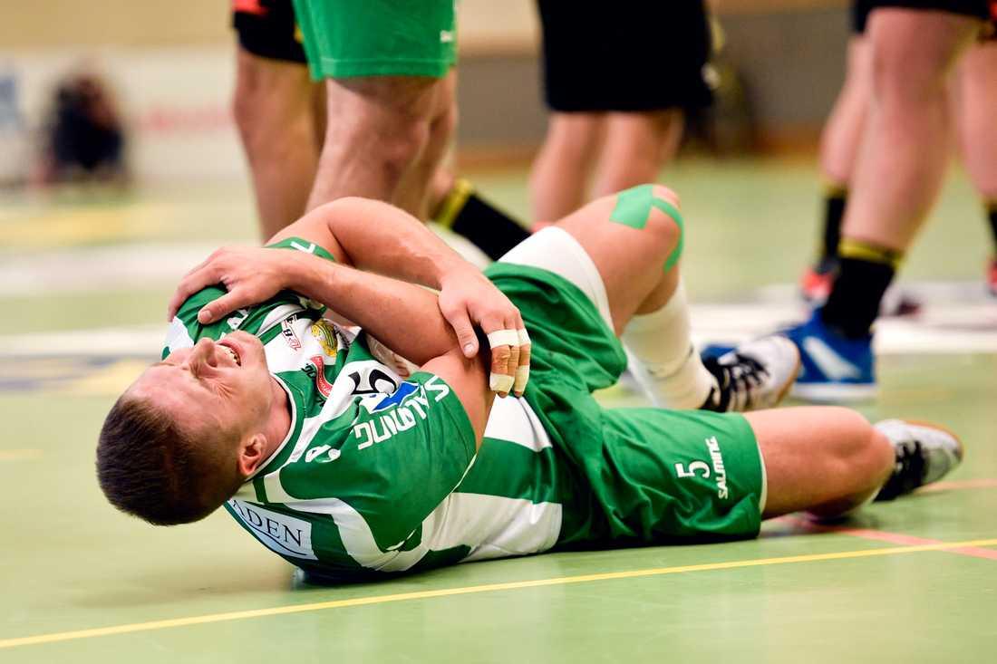 Hammarbys Andreas Halvarsson fick rejält ont.