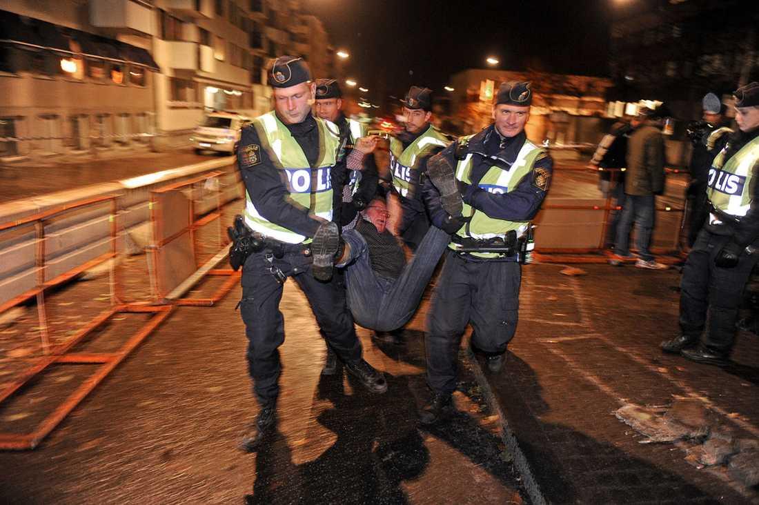 BÄRS BORT  Fyra poliser flyttar handgripligen på en av de protesterande ek-aktivisterna.
