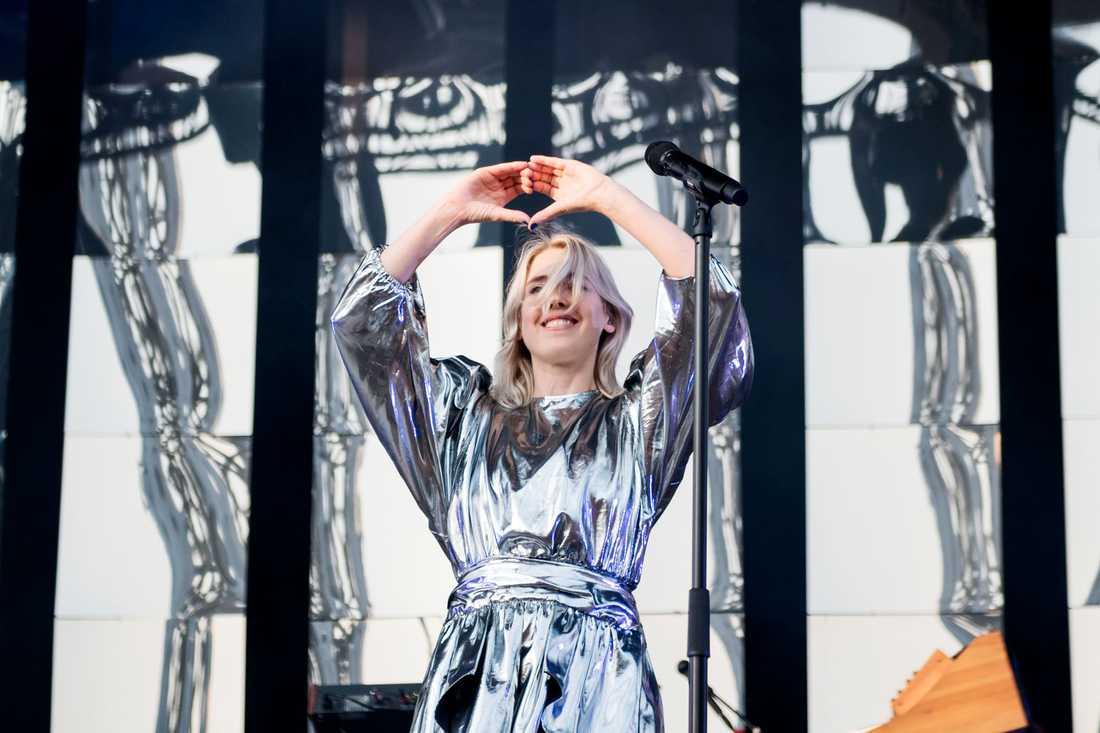 """Veronica Maggio lånar """"edm-hjärtat"""" från festivalen Summerbursts artister."""