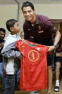 MÖTET Åttaårige Martunis träffar idolen Cristiano Ronaldo.