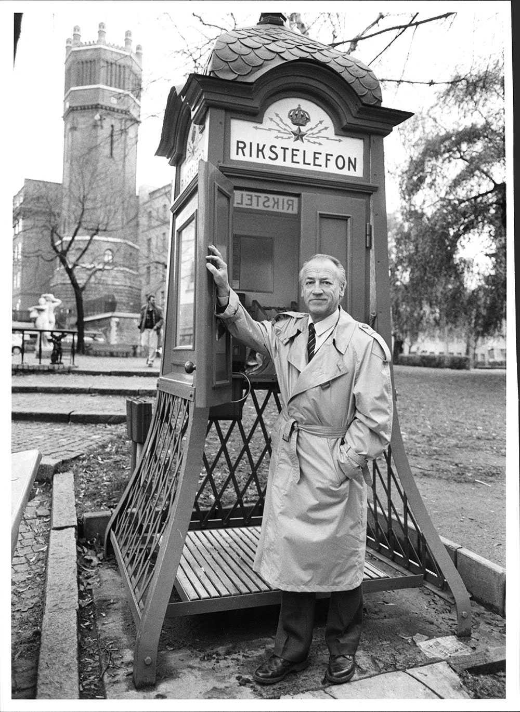 Stig Grybe vid en gammal telefonkiosk i Stockholm.