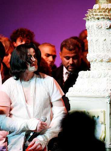 """Jackson firade 45-årsdagen med fansen - och """"bjöd"""" på jättetårta."""
