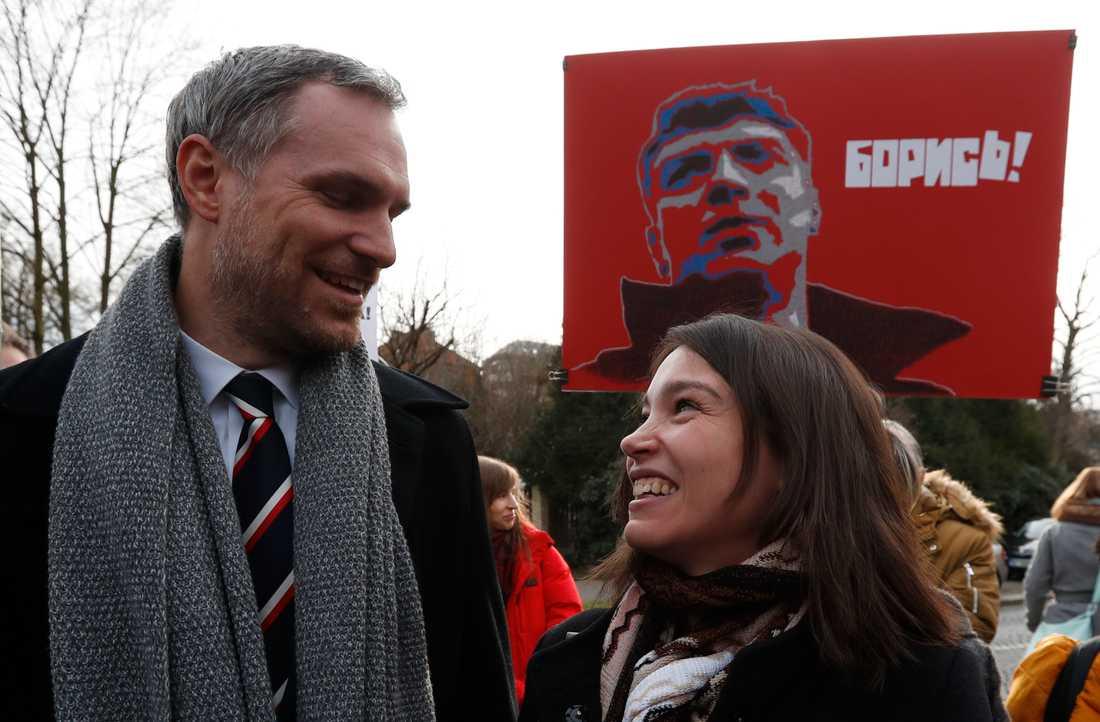 Prags borgmästare Zdenek Hrib, här tillsammans med den ryske oppositionsledaren Boris Nemtsovs dotter, journalisten Zhanna Nemtsova, i Prag tidigare i år. Arkivbild.