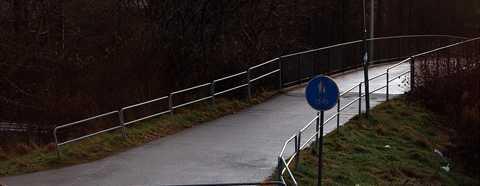 Här blev den 25-åriga kvinnan överfallen av en man i Hässleholmen. Mannen grep tag i kvinnan, antastade henne och skrek könsord.
