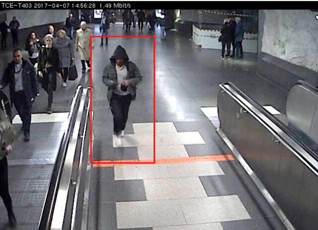 Akilov flyr via T-centralen i Stockholm.