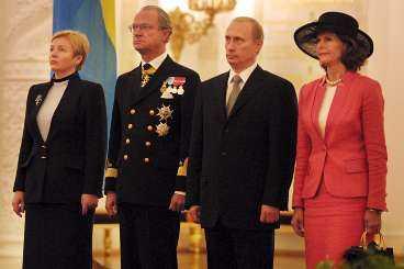 Det svenska kungaparet med ryske president Vladimir Putin och hustrun Ljudmila Putina vid en ceremoni under statsbesöket i Moskva.