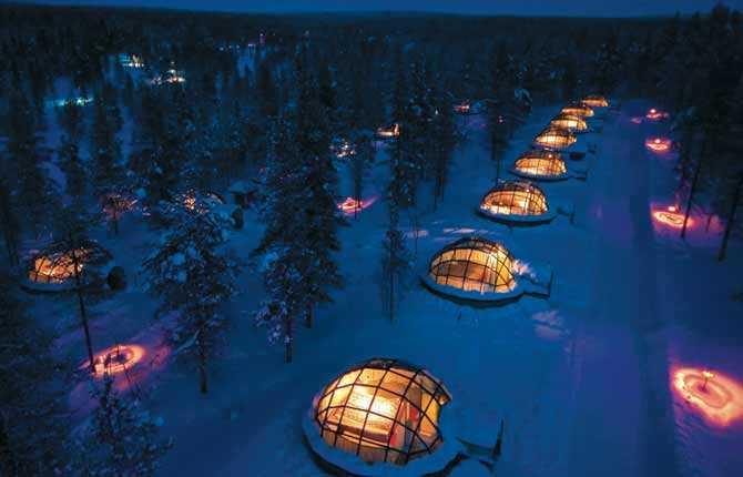 """KAKSLAUTTANEN IGLOO VILLAGE I nordligaste Finland, inte långt från gränsen till Ryssland, kan du sova i kupor byggda av glas eller is. Det finns 20 av varje, dessutom 32 timmerstugor. Här finns också """"världens största snörestaurang"""". Prisläge: 400-550 euro/natt. www.kakslauttanen.fi"""
