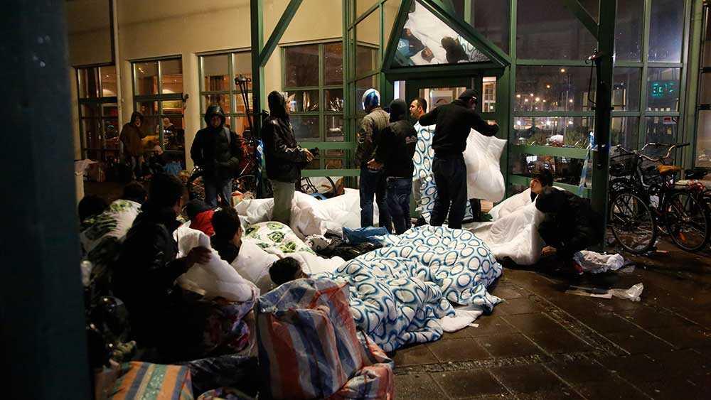 En grupp flyktingar har tillbringat natten på gatan utanför Migrationsverkets kontor i Malmö.