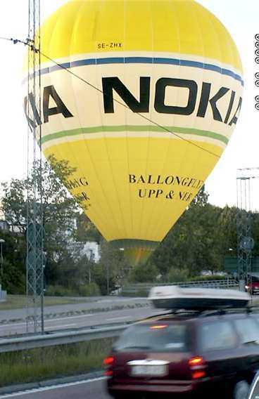 Trafikerad väg Nära den kraftigt trafikerade E 18 tvingades ballongen ner på grund av för lite vind.