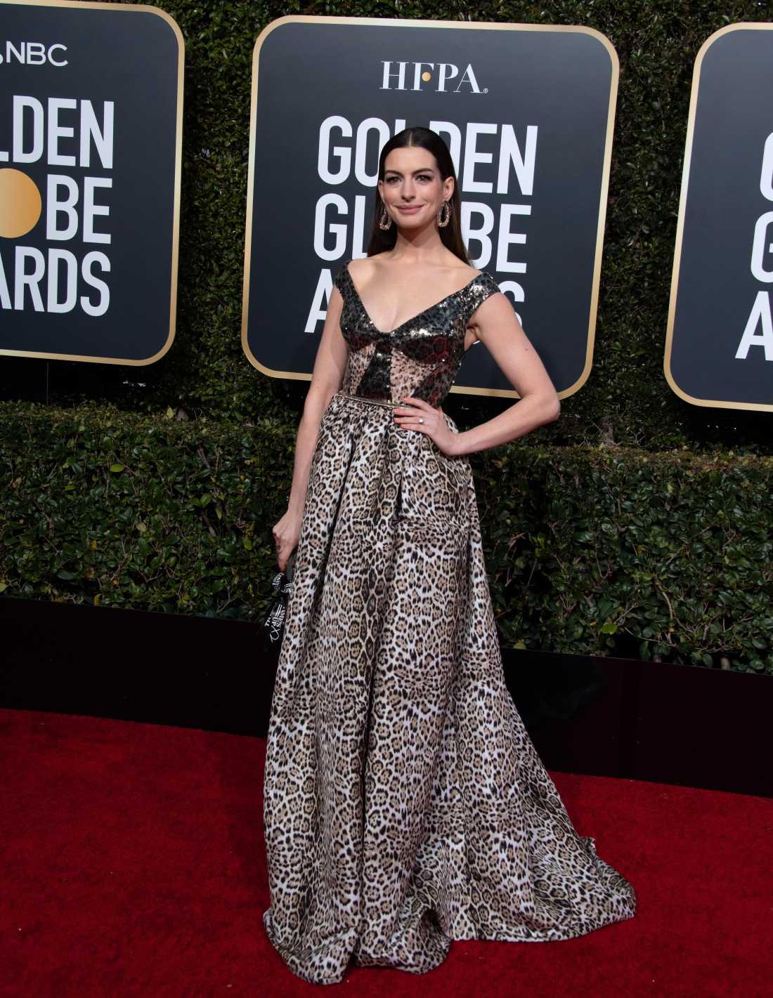 Flera av modeexperterna sågade kreationen som Anne Hathaway bar på Golden Globe-galan