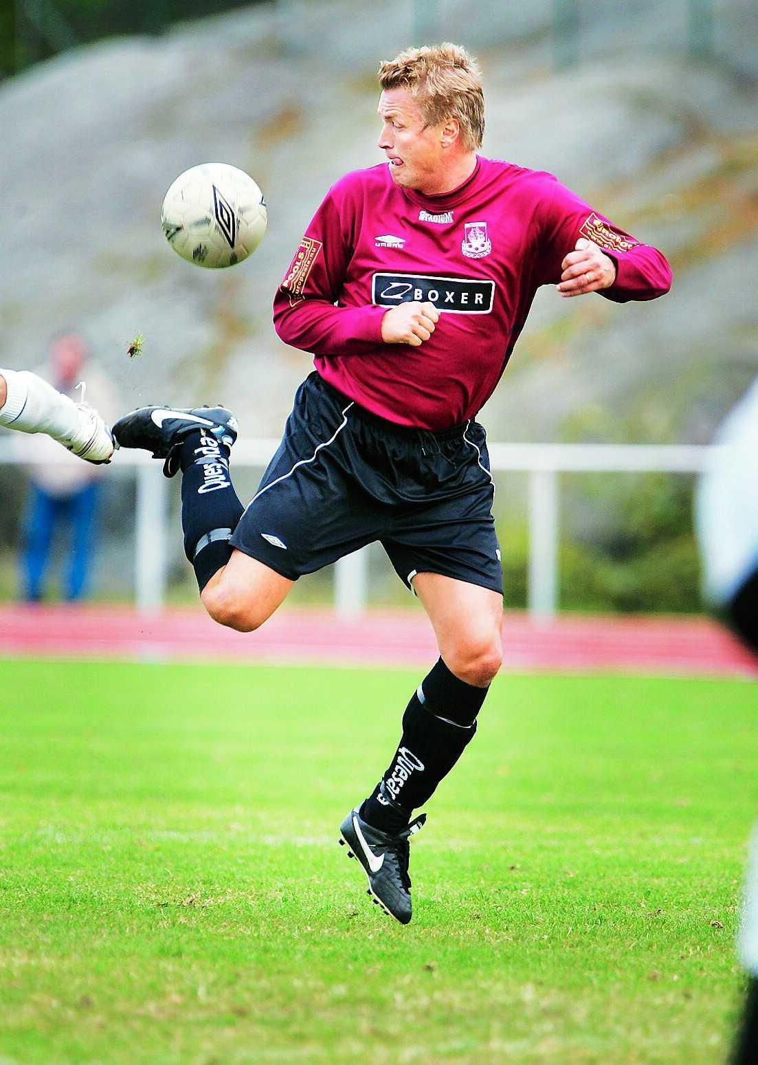 Thomas Bodström i en match mellan Boo FF, och Andino IF. I dag spelar han i AIK:s veteranlag och i division 4-laget Djursholms FF.