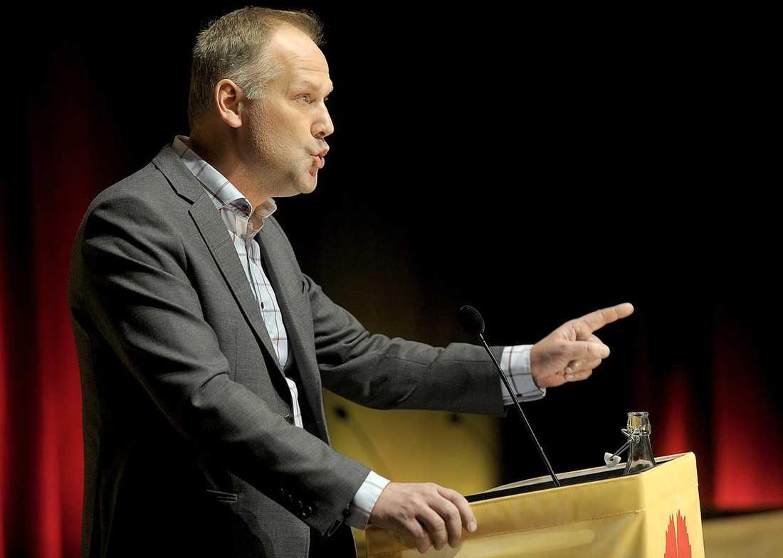 VARNINGENS FINGER TILL JUHOLT I senaste valet fick Vänsterpartiet 5,6 procent av rösterna. Socialdemokraterna fick 30,7. Nu vill nye partiledaren Jonas Sjöstedt ändra på det – rejält.
