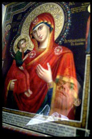 Niels Christian Hvidt vid Madonnaikonen i Aleksander Nevskij-kyrkan i Köpenhamn.