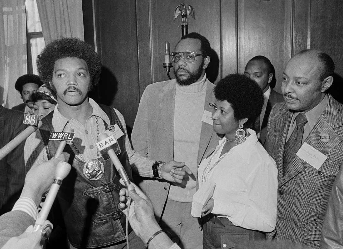 """Medborgarrättsaktivisten Jesse Jackson och Aretha Franklin under Operation PUSH Soul Picnic i New York, 1972. Ett evenemang som hyllade """"svarta hjältar och hjältinnor""""."""