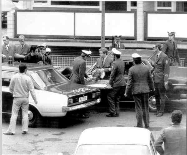 Under tumultet i Stockholmsförorten Kärrtorp, när nazister attackerade en vänsterdemonstration, knivhöggs en nazist i ryggen.