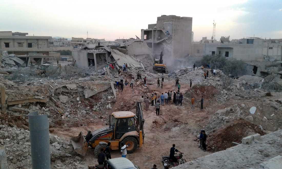 Byn Zardana i Idlib efter flygbombningar i juni. Regimens flygattacker mot provinsen Idlib har redan pågått länge, och nu verkar markstyrkor vara på väg in.