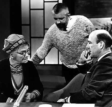 """Tv-producenten Allan Schulman (i mitten) under en inspelning av """"Hylands hörna"""" 1963. Till vänster """"Lapp-Lisa"""" och till höger Lennart Hyland."""