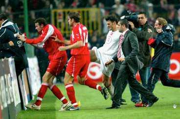 kalabaliken i istanbul VM-kvalmatchen mellan Turkiet och Schweiz urartade och slutade i tumult. Spelarna sparkade på varandra och efteråt när schweizarna skulle flyga hem behövde de polisskydd även på flygplatsen.