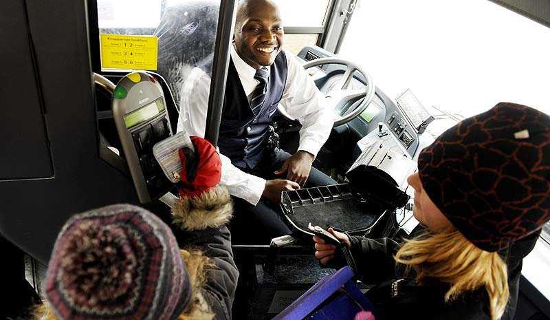 """""""Gladast i Sverige"""". Busschauffören Amos Makajula har en egen hyllningsgrupp på Facebook som utsett honom till """"världens bästa busschaufför. Gruppen har 3 634 medlemmar."""