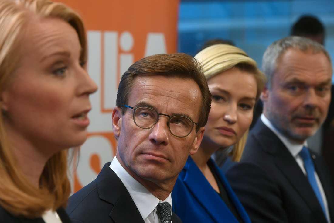 Alliansens partiledare vid en pressträff.