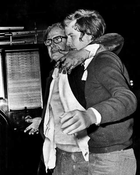 Ambassadör Dietrich Stoecker med sin son efter gisslandramat på västtyska ambassaden i Stockholm 1975.