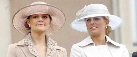 """PRATAR OM KÄRLEKSKRISEN Med drygt en månad kvar till bröllopet har kronprinsessan fullt upp. Men det hindrar henne inte från att finnas där för Madeleine. """"Jag vill inte gå in på hur, men jag finns där"""", säger hon i tv-intervjun."""