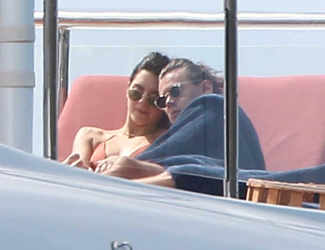 Harry - kärleksgosaren  Nyår firade Harry ståndsmässigt på en Yacht utanför St Barths. Kramkalas med Kendall Jenner stod på tapteten