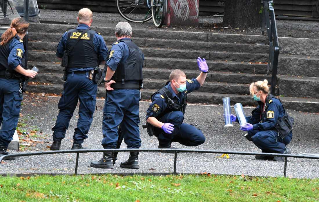 Polisens tekniker undersöker platsen.