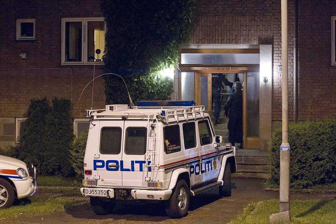 """KUNDE INTE BYGGA BOMBEN HOS MAMMA När tiden var inne för att bygga bomben blev mammans lägenhet i Oslo för liten, och Anders Behring Breivik flyttade ut till den ensliga gården i Rena, fjorton mil nordost om den norska huvudstaden. För att slippa besök av familjen skyllde han på att han spelade """"World of warcraft""""."""