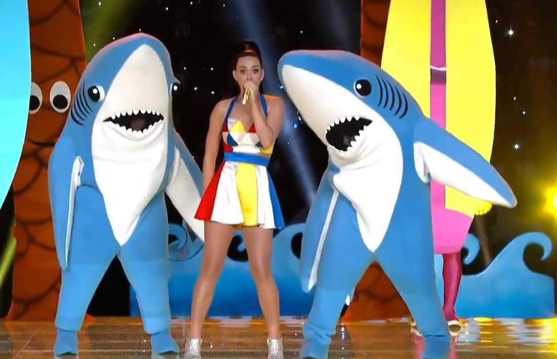 Katy Perry med sina showiga hajar under Super Bowl.