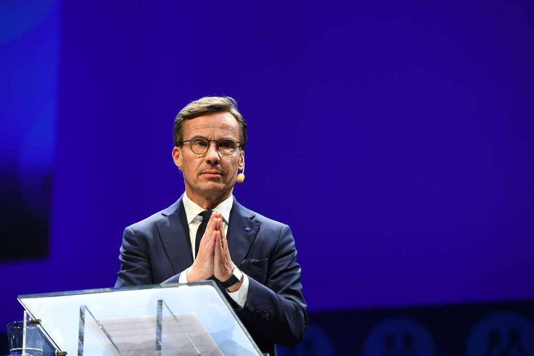 Ulf Kristersson i talarstolen på M-stämman.