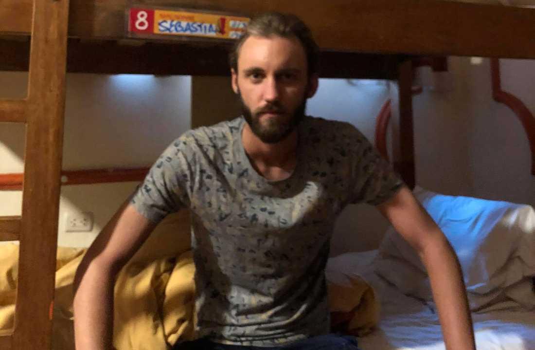 Sebastian, 26, är fast på det coronasmittade hotellet - och kan tvingas stanna på rummet i tre månader.