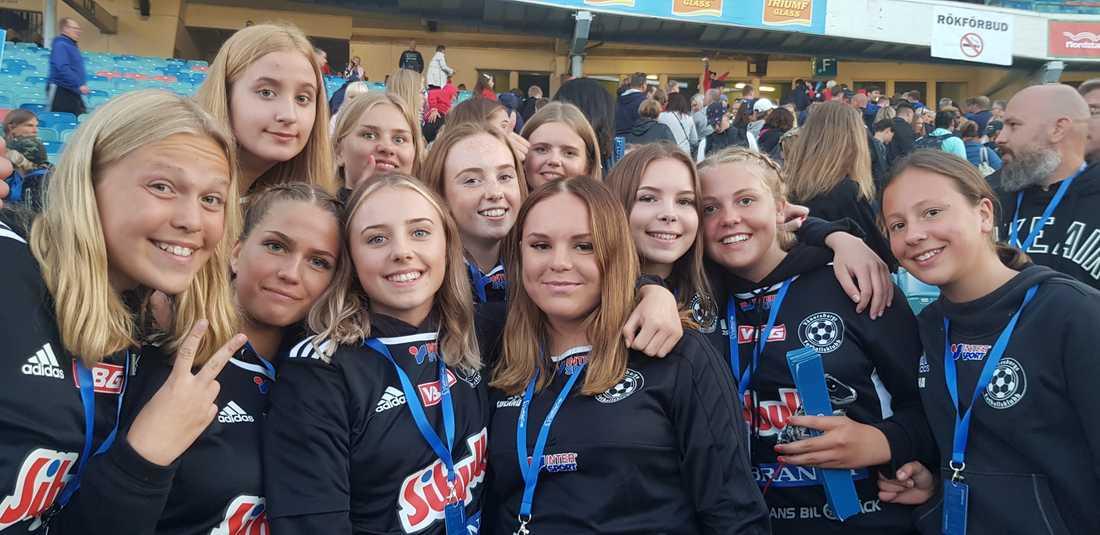 Vänersborgs FK:s F15-lag med bland annat Tilde Arvidsson och Amanda Löland-Skjeveland (trea och fyra från vänster på nedre raden) deltar i Gothia Cup.