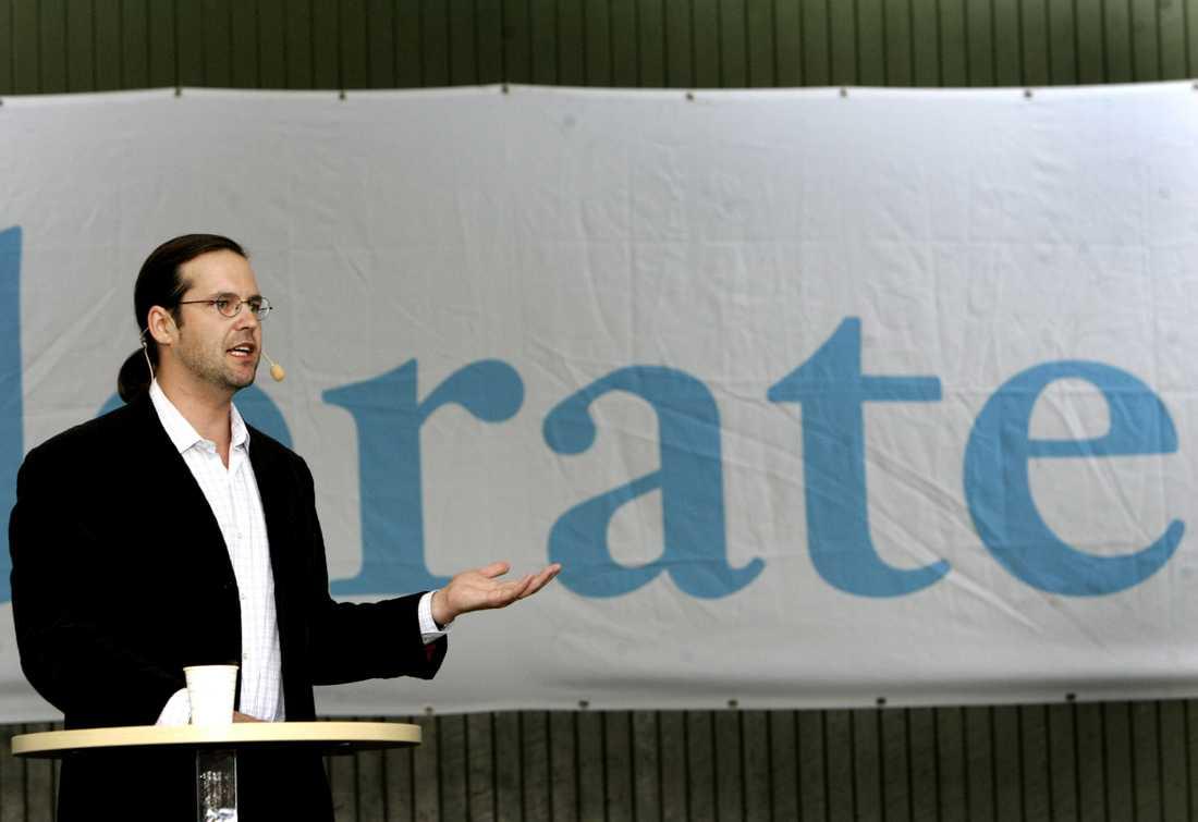 Försvarsfrågan fick Alliansen i gungning 2007. Dåvarande finansminister Anders Borg håller tal.